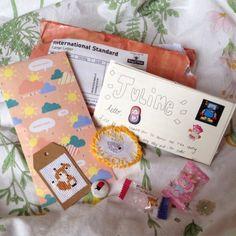 a super cute penpal letter I've just received - I'm literally screaming 🐝✨ Pen Pal Letters, Cute Letters, Mail Art Envelopes, Snail Mail Pen Pals, Fun Mail, Cute Pens, Envelope Art, Stationery Pens, Handwritten Letters