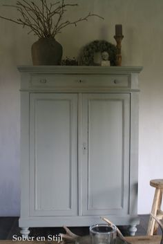 Leuk idee voor mijn televisie kast! Shabby Chic Cabinet, Shabby Chic Dresser, Painted Furniture, Vintage Cupboard, Home Deco, Trendy Living Rooms, Small Room Bedroom, Country Living Room, Furniture