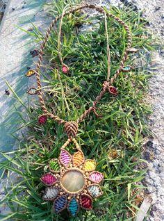 Collar de flor con piedra engarzada. Pétalos multicolores sobre marrón.  piedra semipreciosa: ONIX VERDE  Nuevo diseño!!! #macrame #EntreNudosMacramé #collar #madrid #verano #flor #multicolor #handmade