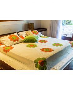 Uma colcha de cama que vai transformar o seu quarto. Com apliques e estampas que formam desenhos de flores, esse produto espalha alegria e tranquilidade, ideais para um bom sono. Além do primordial, o conforto e a qualidade que só a Teixeira Redes oferece.  colcha 100% Algodão