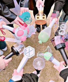 multifandom lightsticks 😍 shared by 𝘫𝘰𝘴𝘩𝘶𝘢'𝘴 𝘮𝘰𝘭𝘭𝘺. Image discovered by 𝘫𝘰𝘴𝘩𝘶𝘢'𝘴 𝘮𝘰𝘭𝘭𝘺. Find images and videos about kpop, bts and exo on We Heart It - the app to get lost in what you love. Bts Got7, Bts Taehyung, Mamamoo Lightstick, Carat Bong, Bts Army Bomb, Fandom Kpop, Fandoms, Blackpink And Bts, Kpop Merch