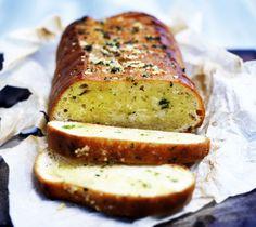 Mehevä valkosipulileipä syntyy helposti ja hetkessä. Valkosipulileipä maistuu salaatin tai ranskalaisen kalakeiton kanssa. Viipaloi ranskanle… Ratatouille, Banana Bread, Food And Drink, Baking, Eat, Desserts, Recipes, Anna, Tailgate Desserts