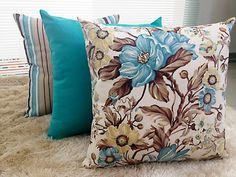 São 3 peças vibrantes que vão dar mais alegria a sua decoração. 1 peça floral 1 peça listrada 1 peça lisa Medida de cada : 45x45cm Zíper invizível Tons predominantes em azul claro Acompanha enchimento de qualidade, fibra siliconada encapada com TNT branco.