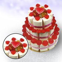 Es muss ja nicht immer die Luxustorte vom Konditor sein – für richtige Naschkatzen ist diese Torte aus Süßigkeiten zur Hochzeit eine tolle Alternative :) via: www.monsterzeug.de