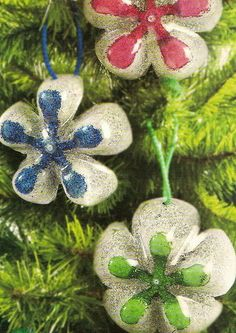 Christmas crafts from plastic bottles.how much glitter do we really want? Christmas Makes, Noel Christmas, All Things Christmas, Water Bottle Crafts, Plastic Bottle Crafts, Plastic Bottles, Handmade Christmas Decorations, Diy Christmas Ornaments, Recycled Crafts