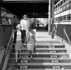 Simple Bahnhof Berlin Zoologischer Garten Bild zeigt Frauen auf einer Treppe und Werbung von Leiser
