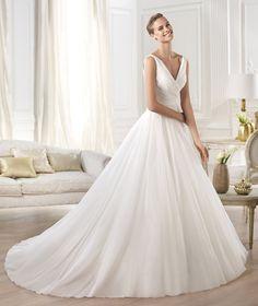 YESEL, Vestido Noiva 2015 http://www.pronovias.com.br/vestidos-noiva-2015/yesel-vestido-princesa-noiva-romantica
