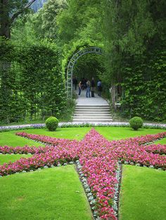 Schloss und Park Linderhof Gorgeous and flowers everywhere in June