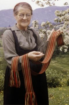 Hello all, today I am returning to Telemark, one of the richest provinces in terms of folk art and costume in Norway. Telemark has. Folk Costume, Costumes, Folk Clothing, Vintage Photography, Norway, Folk Art, Scandinavian, Embroidery, Historia