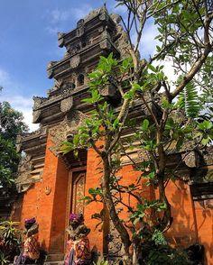 We visited Ubud Palace in Bali today 🇮🇩 #ubud #bali #ubudpalace #palace…