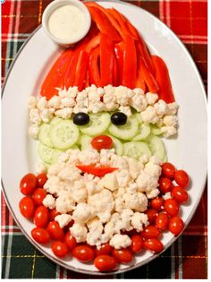 christmas snacks Assemble this almost-too-cute-to-eat Santa veggie tray when you get to the Christmas party. Christmas Veggie Tray, Christmas Party Food, Xmas Food, Christmas Brunch, Christmas Appetizers, Christmas Cooking, Christmas Desserts, Thanksgiving Snacks, Christmas Christmas