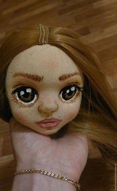 В первой части мастер-класса я показала вам, как я делаю основную работу по кукле. Спасибо неравнодушным рукодельницам, очень приятно было увидеть тысячи просмотров и доброжелательные комментарии! Смотрела я на нее,смотрела и поняла ,что ей подойдет имя Сонечка. Мне это имя кажется чистым, наивным... Итак, во второй части я объясню, как пришить волосы, сшить платье и туфельки.…