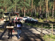 Runsaasti tavaraa roudattavana bussista leiriin. Onneksi on monta kantajaa!