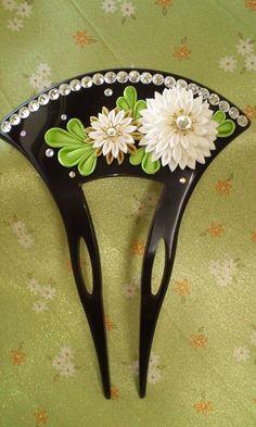 「つまみ細工」留袖用かんざし Kanzashi Tutorial, Kanzashi Flowers, Japanese Flowers, Flower Crafts, Fabric Flowers, Paper Art, Hair Clips, Diy And Crafts, Hair Accessories