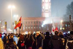 BIG IN BERLIN 05.01.–11.01.2015 – Die letzte Woche in großen Bildern  Montag, 05.01., 00:00 Uhr – Mitte, Rotes Rathaus: #nopegida. Ich war so froh, dass so viele Menschen da waren. Und noch froher, dass die Bärgida-Demo gestoppt wurde. © Lena Meyer
