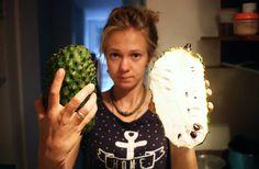 Фрукт который в Азии многие знают как сырсак или сметанное яблоко в латинской Америке зовут гуаябаной. Это один из любимых фруктов Насти! Говорят кстати что у него много целительных свойств. Ходят слухи даже что он помогает при раковых заболеваниях. #чемпитаемсявпути  #fruit #guayabana #tropicalfruit #Colombia