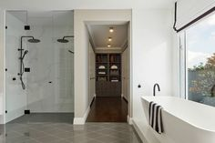 hamptons bathroom black shower head and marble tiles Hamptons Style Bedrooms, Hamptons Style Homes, Die Hamptons, Hamptons Decor, Hamptons Kitchen, White Bathroom, Bathroom Interior, Bathroom Ideas, Master Bathroom