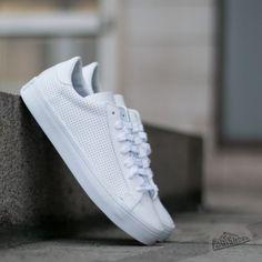 adidas Court Vantage Ftw White/ Ftw White/ Core Black zu coolen Preisen 53 € finden Sie auf Footshop.eu/de ! All White Shoes, White Sneakers, Adidas Court Vantage, Cali, Ripped Skinny Jeans, Black Adidas, Trainers, Footwear, Mens Fashion