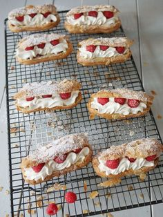 A dessert all lightness because it is there, it's nice, the heat is there and quickly we enjoy! Chantilly and raspberry eclairs for … Donut Recipes, Baking Recipes, Dessert Recipes, Raspberry Recipes, British Baking, Mini Desserts, Chocolates, Food Inspiration, Sweets