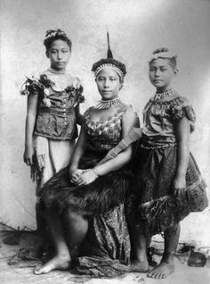 Studio photograph of three Samoan girls taken by Thomas Andrew in the 1890s Beautiful Culture