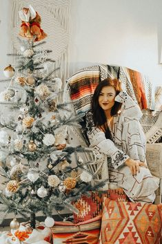 Beautiful And Cute Bohemian Christmas: How To Add Boho Style To Your Holiday Decor ⋆ masnewsclub Bohemian Christmas, Christmas Mood, Merry Little Christmas, Modern Christmas, Felt Christmas, Christmas 2019, Christmas Wreaths, Boho Stil, Looks Cool