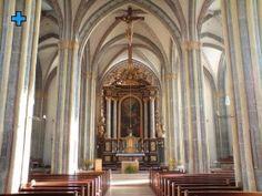 Stiftskirche:       Das bedeutendste Bauwerk der Stadt ist die älteste gotische Hallenkirche Süddeutschlands, die als Nachfolgerin einer romanischen dreischiffigen Basilika 1330 errichtet wurde. Die Pfarrkirche enthält nur noch den Turm der ursprünglichen Basilika, ansonsten errichtete man die Kirche mit dem spätgotischen Portalvorbau und auch die Arkaden des Kreuzganges neu.     Nach 1600 wurde ein Kollegiatsstift eingerichtet, wobei die Kirche in dieser Zeit vollkommen umgestaltet wurde. Romanesque, Environment, City