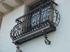 balcones de hierro forjado. barandillas de los balcones del hierro labrado