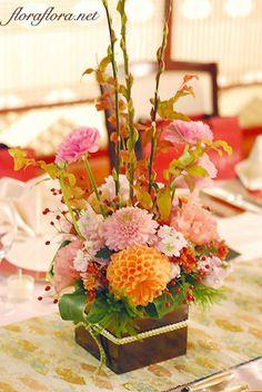 前回ご紹介しました装花のゲストテーブルフラワーです。春に予定していた装花では、桜のお花とラナンキュラスを飾るはずでした。桜の花はあきらめざるを得ませんでし... Wedding Images, Wedding Tips, Wedding Table, Modern Flower Arrangements, Table Arrangements, Chinese Theme, Chinese New Year, Deco Floral, Floral Design