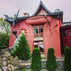 Танцующий дом в Праге отдыхает! Как вам такой домик в Банске Быстрице? Я бы пожила - однозначно! Сказочный дом уверенно лидирует в моём списке необычных и жутко интересных домов! )  #банскабыстрица #Словакия #banskabystrica #Slovakia #необычныедома #сказочныедомики Bratislava, Pergola, Outdoor Structures, Instagram Posts, Beautiful, Outdoor Pergola