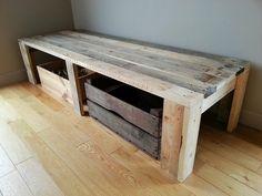 Création personnelle d'un banc d'intérieur pour un salon ou d'extérieur pour une terrasse d'été par exemple. Le meuble a été conçu à partir des dimensions du coussin qui peut se plier et s'enlever au grès de vos envies. Longueur: 180 cm Largeur: 60 cm Hauteur: 45 cm #diy #banc #maison #fauteuil #palette #récuppalette #récup #faitmain #madeinnormandie #meublespalette #ecoresponsable #rustique #deco #meublesbois #alittlemarket #decopalette #decopalettebois