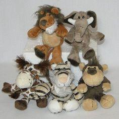 5 Bichinhos De Pelúcia Safari <br> <br>Descrição: <br>Material: Confeccionado pelúcia <br>Medidas aproximadas: 14cm de altura em pé - 9,5cm de altura sentados <br>8cm de largura <br> <br>O kit contém: <br>1 Leão <br>1 Tigre <br>1 Elefante <br>1 Girafa <br>1 Macaco <br> <br> <br> <br> <br>Recomendável para enfeite de safari <br> <br> <br>Acompanha chaveiro plástico. <br> <br>Whats 4498162176 <br> <br>Atóxico e lavável.