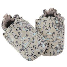 Τα παπουτσάκια Poco Nido είναι η τέλεια λύση για τα πρώτα βήματα του βρέφους.  Είναι ελαφριά και ταυτόχρονα προσφέρουν φυσική προστασία.  Βοηθούν το παιδί να έχει άμεση επαφή με το έδαφος.  Τα παπουτσάκια είναι ζωγραφισμένα στο χέρι από μη τοξικά υλικά.  Έχει suede πάτο ώστ Mini, Painting, Babies, Shoes, Cave Painting, Groomsmen, Watermelon, Rock Art, Paintings