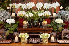Flores, velas e bombons! Flores e decoração: Bothanica Paulista Diy Wedding, Wedding Venues, Wedding Cake, Christmas Buffet, Sweet Bar, Cake Table, Dessert Tables, Wedding Decorations, Table Decorations