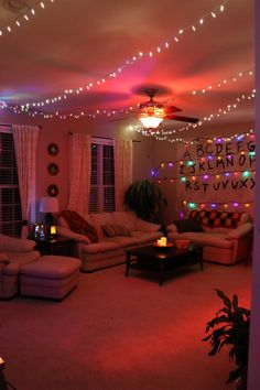 Another photo of stranger things-themed living room hotel birthday parties, stranger things netflix Stranger Things Theme, Stranger Things Christmas, Stranger Things Funny, Eleven Stranger Things, Stranger Things Netflix, Stranger Things Season, Stranger Things Halloween Decorations, Halloween House, Halloween Party