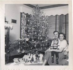 A family Christmas picture Old Time Christmas, Ghost Of Christmas Past, 1950s Christmas, Old Fashioned Christmas, Noel Christmas, Polish Christmas, Christmas History, Family Christmas, Christmas Stuff
