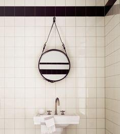 Boligcious, Indretning, Badeværelse, hvide fliser, sort, hvid, grafisk, sort gulv, malede gulve, interiør, interior, home decor, boligindret...