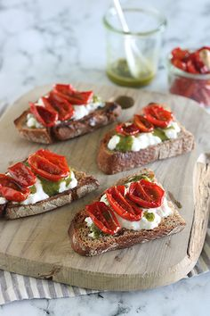 Crostoni di pane con datterini confit, burrata e pesto || Cirio, gusta la nostra ricetta. #recipes #ricetta #fingerfood #appetizers #pomodoro #tomatoes Pesto, Pane, Bruschetta, Finger Foods, Dinner, Ethnic Recipes, Dining, Finger Food, Dinners