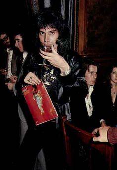 Freddie Mercury, singer of Queen, tributes and messages written by Queen fans. Queen Freddie Mercury, Mary Austin Freddie Mercury, Queen Band, Stevie Nicks, Fleetwood Mac, Rolling Stones, David Bowie, Queen Youtube, Queen Albums