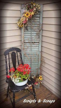 Old Chair, Old Shutter, Fresh Flowers Alter Stuhl, alter Fensterladen, frische Blumen Small Porches, Decks And Porches, Vintage Porch, Vintage Home Decor, Vintage Chairs, 1950s Decor, Old Chairs, Dining Chairs, Farmhouse Decor