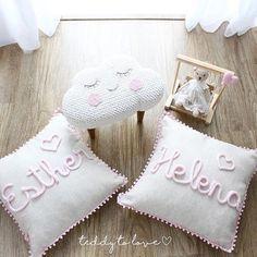 Para o quartinho das pequenas Helena e Esther. #bebe #maternidade #gestante #crochet #instababies #almofadaspersonalizadas #almofadas #babyroom #babyroomdecor #quartodebebe #quartoinfantil #quartodemenina #banquinho #banquinhospersonalizados