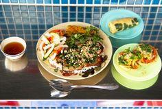 突如、商店街に現れる3つのシルバーのコンテナは、麺、米、カフェと異なるテーマのベトナム屋台。「ベトナムの市場や路地裏の食堂、屋台のように、ここの屋台も他の屋台のものが食べられるシステムです」と店主の足立由美子さん。 Tokyo Restaurant, Mexican, Ethnic Recipes, Food, Travel, Trips, Hoods, Viajes, Meals
