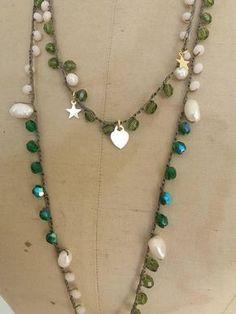 Collana lunga realizzata alluncinetto con perle naturali, cristalli, charms cuore e stelle in argento 925 galvanica oro giallo, pendente a goccia color verde