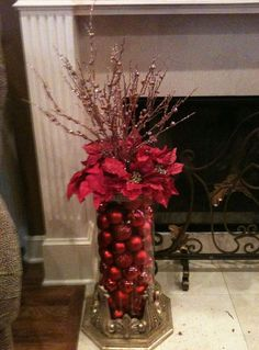 Take a look of few amazing Christmas centerpiece ideas for decoration which are time and money saving as well. Noel Christmas, Winter Christmas, Christmas Wreaths, Christmas Tree Ideas, Christmas Vases, Elegant Christmas Decor, Red And Gold Christmas Tree, Beautiful Christmas Trees, Christmas Flowers
