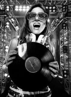 Girls with Vinyl Records Music Girl, Dj Music, Dj Decks, Girl Dj, Dj Photos, Rave Girls, Foto Transfer, Vinyl Junkies, Dj Equipment