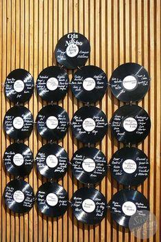 4b73c017fc87 Un seating plan para una boda inspirada en los 70s con discos de vinilo de  sweetemotiondesign