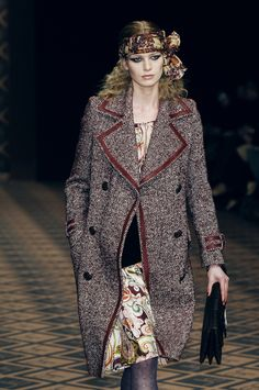 Jean Louis Scherrer at Paris Fashion Week Fall 2005 - Runway Photos Paris Fashion, Runway Fashion, Fashion News, Autumn Fashion, Winter Collection, Jeans Style, Get The Look, Celebrity News, Mantel