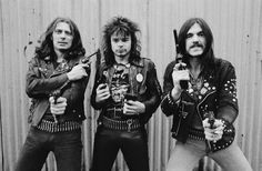 """Gute alte Zeit: Die Mitglieder von Motörhead posierten 1978 mit Revolvern in London. Gemeinsam mit """"Fast"""" Eddie Clarke (links) und Phil """"Philthy Animal"""" Taylor (Mitte) begann die große Zeit von Motörhead. Mit den Alben """"Ace Of Spades"""", """"No Sleep 'til Hammersmith"""" und """"Iron Fist"""" erreichten sie in den englischen Charts Top-Ten-Plätze. © Getty Images/Redferns"""