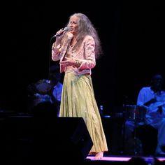 Maria Bethânia interpretou quatro músicas no Show de Verão da Mangueira e agradeceu no palco a homenagem que recebeu da escola em 2016, quando foi enredo da Verde e Rosa (Foto: Ag. News)