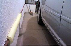 Liimaa autotallin seinään puolikas uimapötkö, jotta auton ovi ei kolhiintuisi osuessaan seinään.