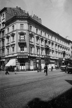Rok 1938. Marszałkowska 109, róg Chmielnej 44.  Kamienica spalona w 1944 roku, rozebrana dwa lata później.  źródło fotografii - Referat Gabarytó